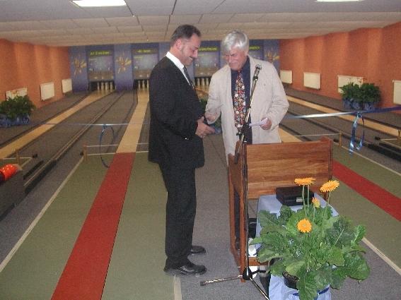 Jochen Janson empfängt die Glückwünsche von Bürgermeister Breidsprecher