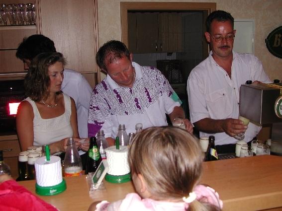 Die fleißigen Helfer: An der Theke, ...